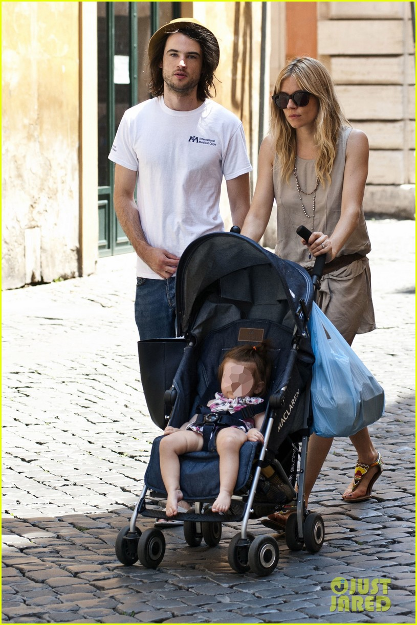 sienna miller tom sturridge shop healthy in rome 11