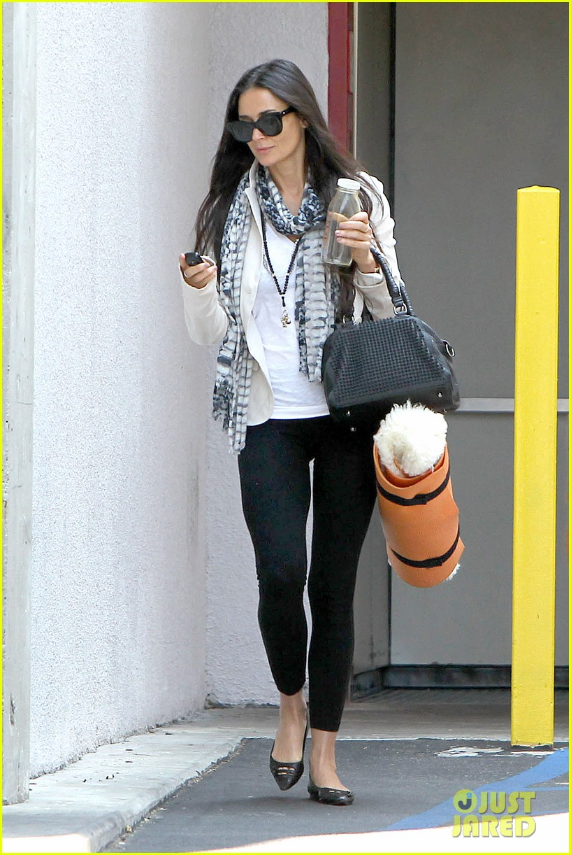 demi moore works it out at yoga 012912181