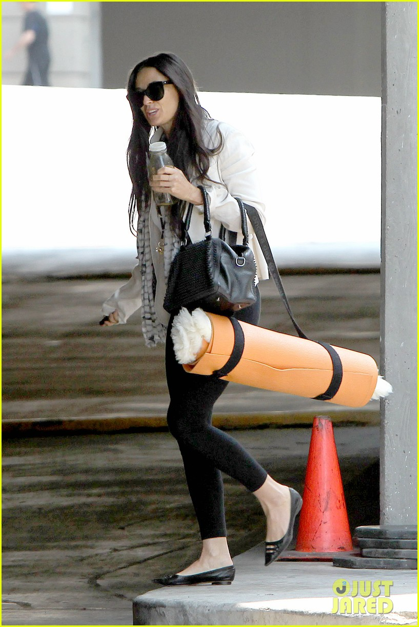 demi moore works it out at yoga 05