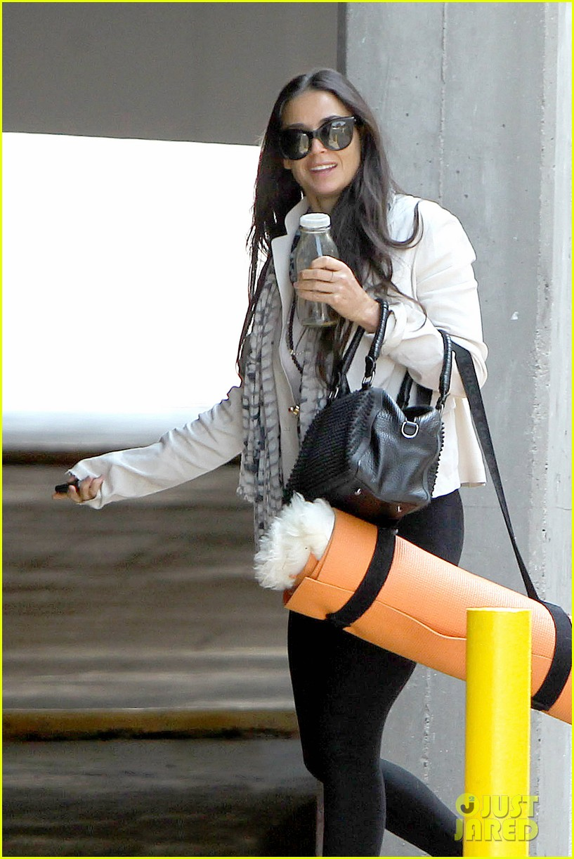 demi moore works it out at yoga 12