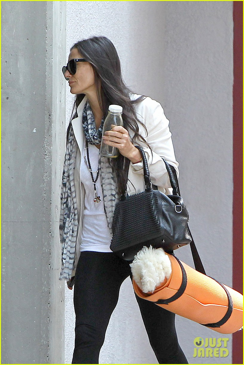 demi moore works it out at yoga 21