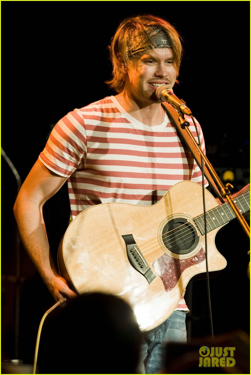 chord overstreet performs at the roxy glee cast supports 04