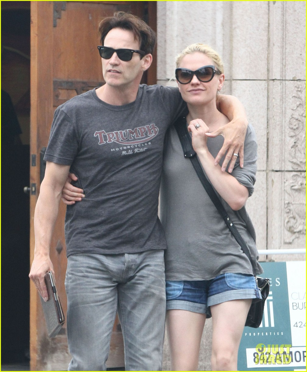 anna paquin stephen moyer cuddle close in venice beach 02