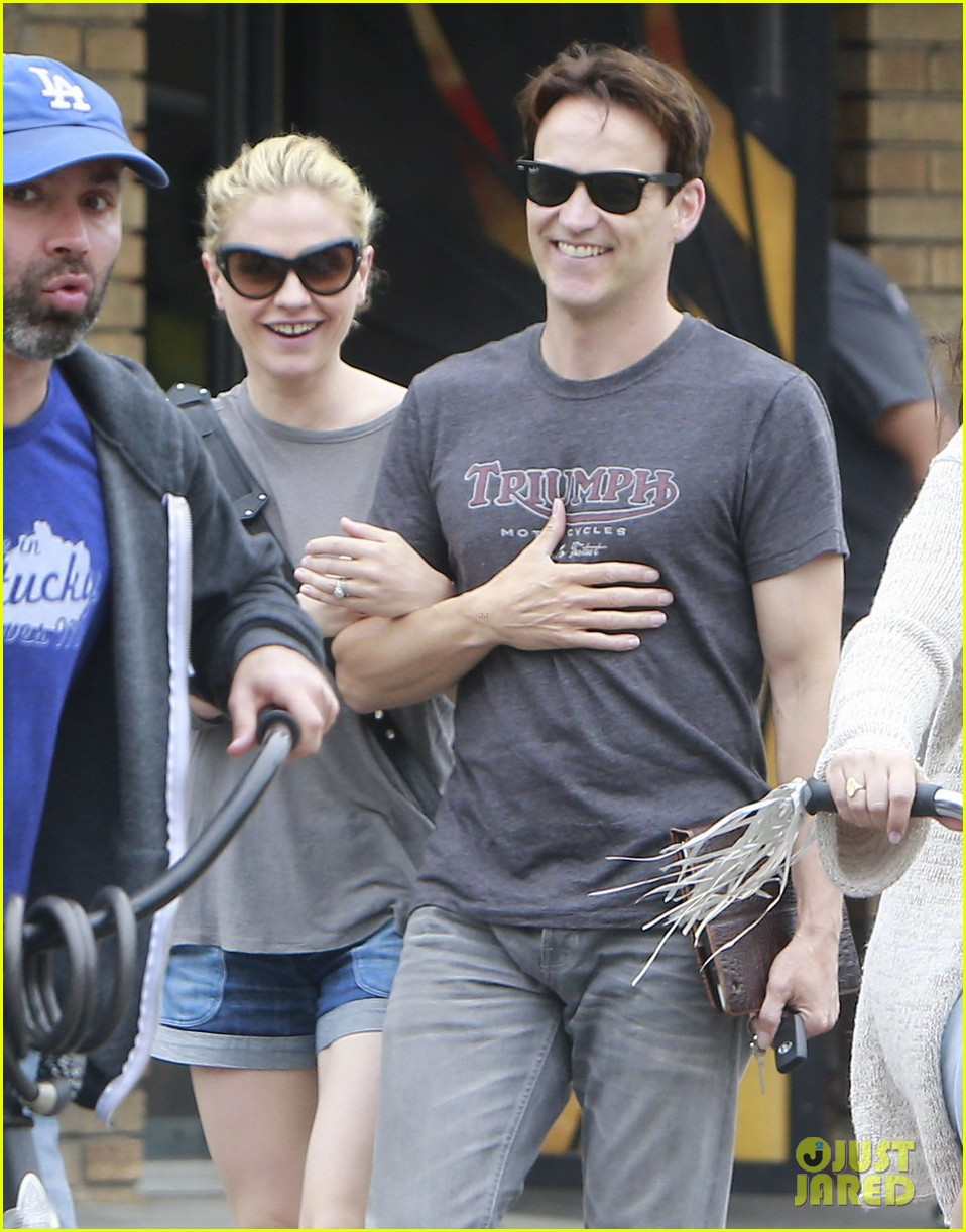 anna paquin stephen moyer cuddle close in venice beach 04