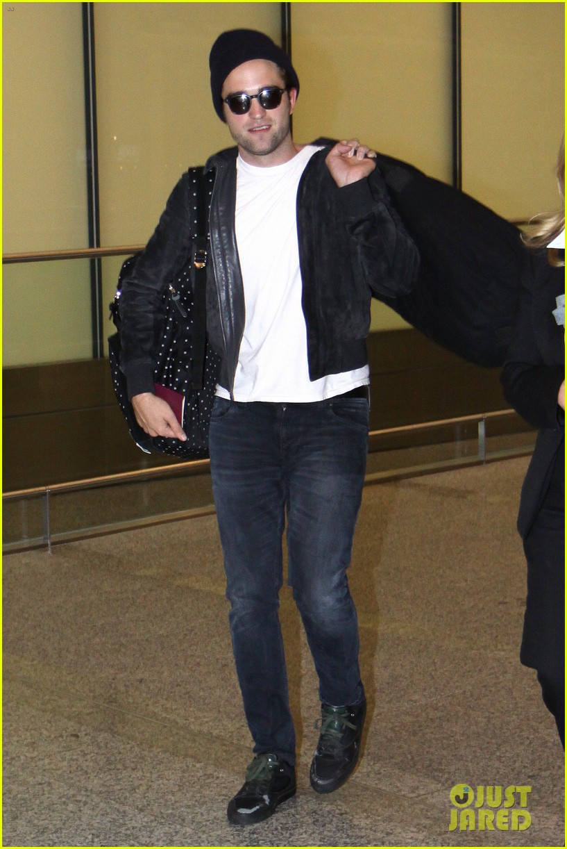 robert pattinson flies into toronto for map to the stars 01