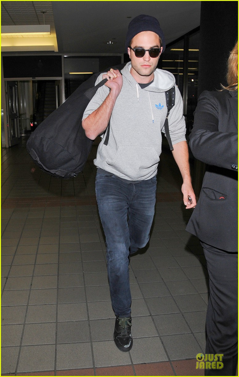 report pattinson lax landing after map of the stars filming 08