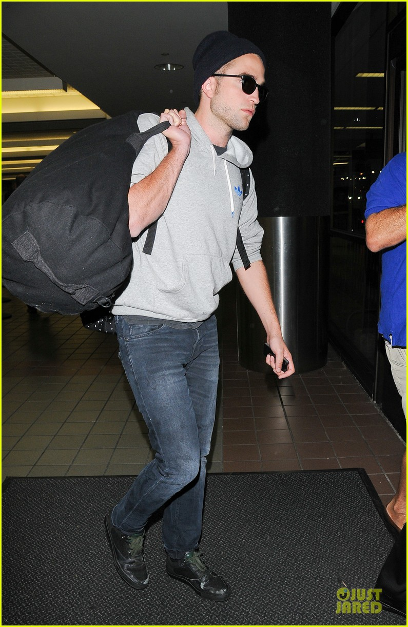 report pattinson lax landing after map of the stars filming 16