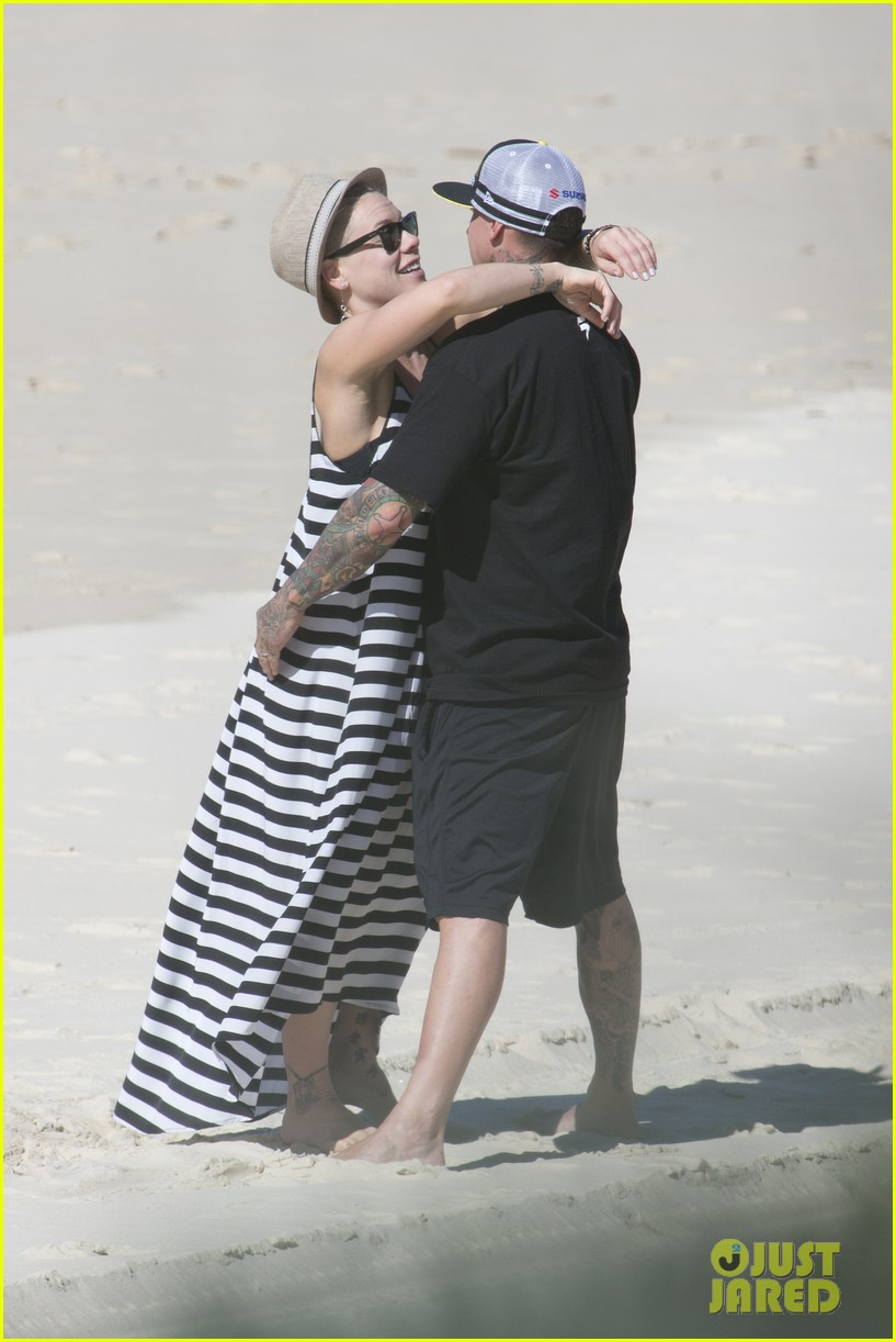 pink carey hart hug kiss on the beach 022916693