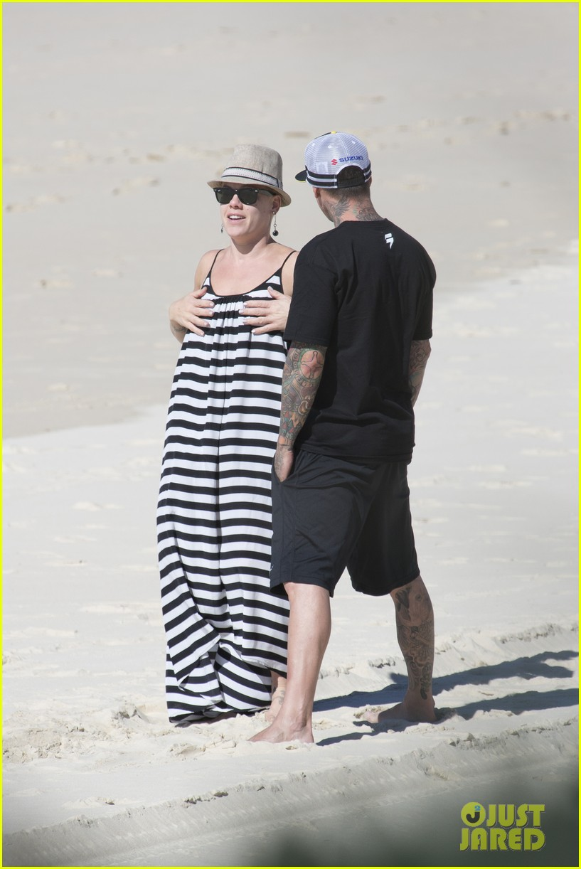 pink carey hart hug kiss on the beach 03