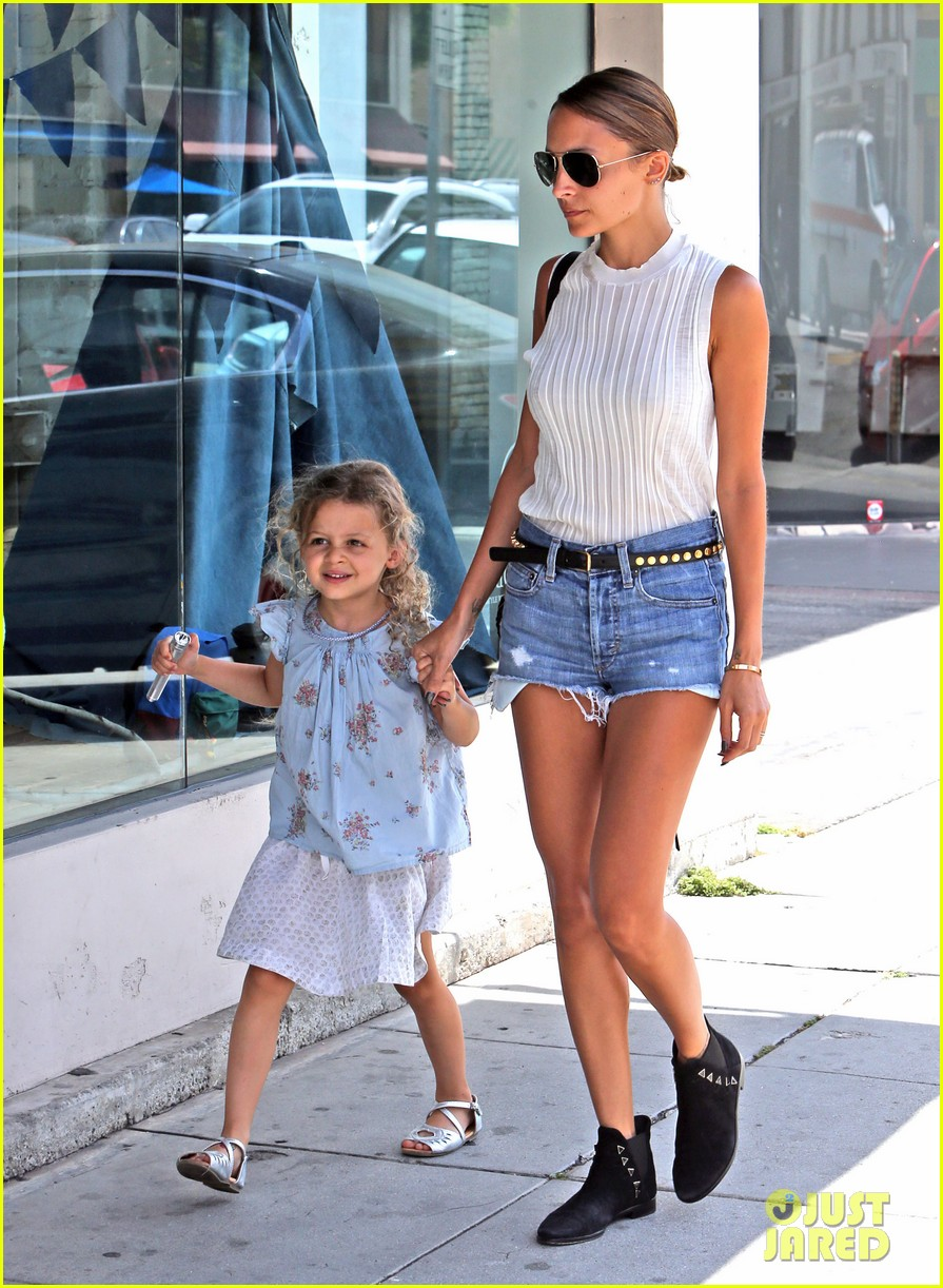 nicole richie shops with harlow after beyonce concert 17
