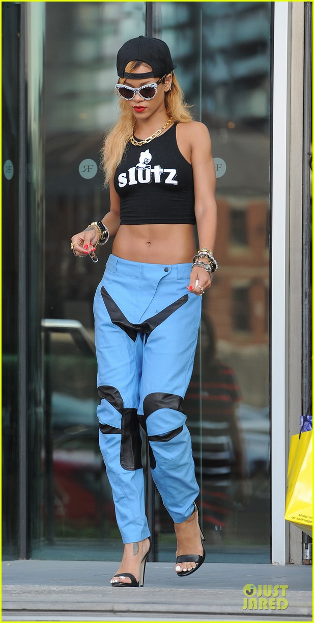 rihanna abs flashing before manchester performance 032910402