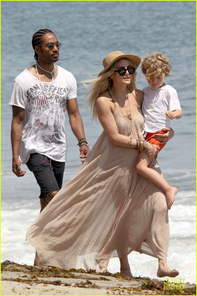 ashlee simpson beach stroll after sister jessica birth news 072901619