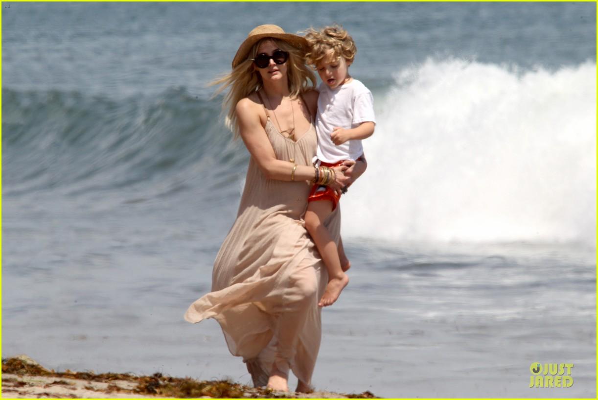 ashlee simpson beach stroll after sister jessica birth news 08