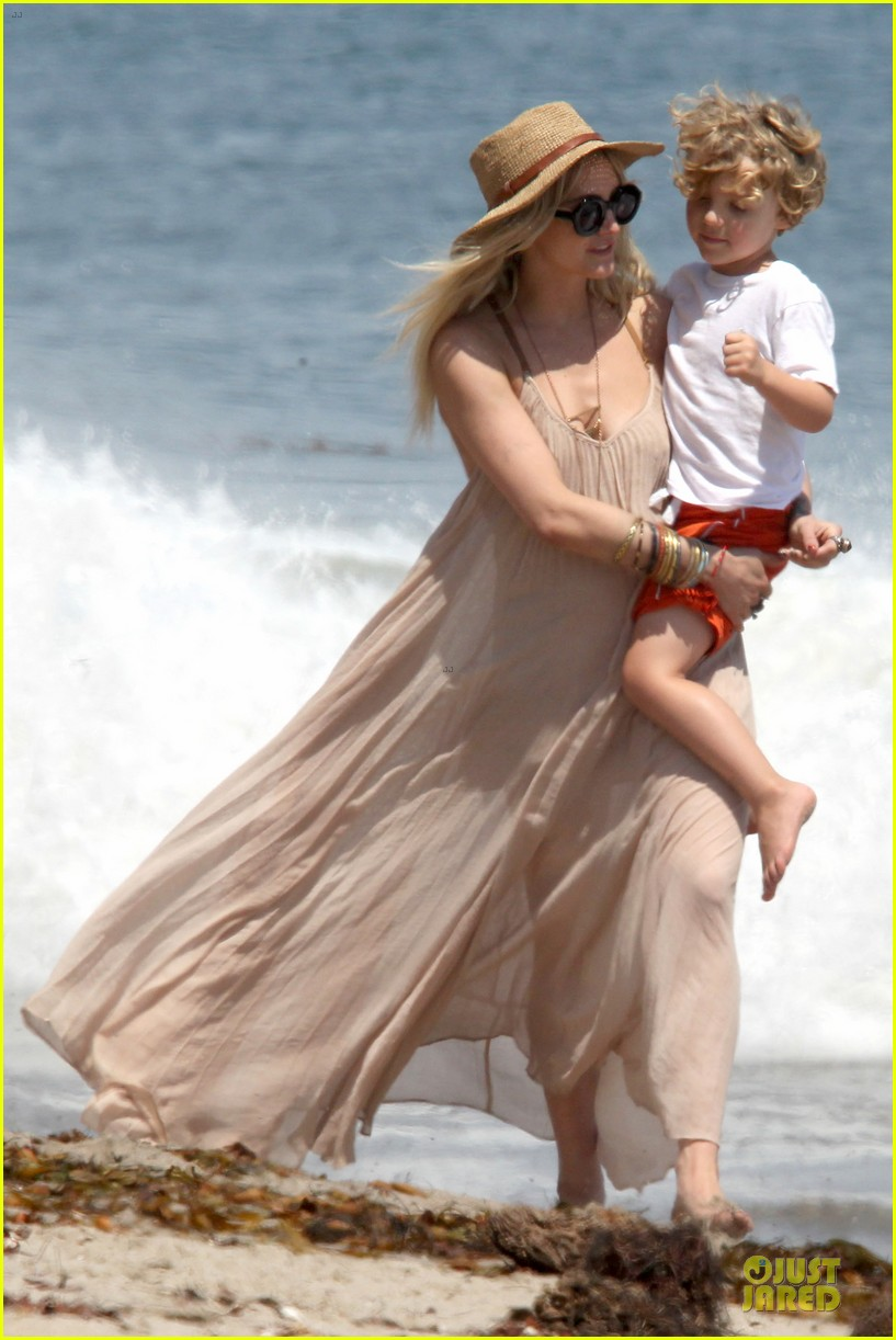 ashlee simpson beach stroll after sister jessica birth news 09