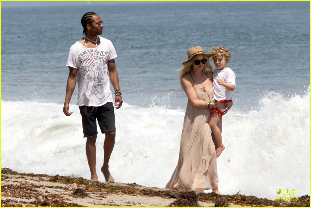 ashlee simpson beach stroll after sister jessica birth news 102901622