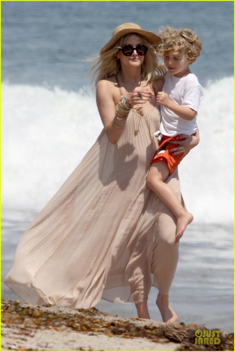 ashlee simpson beach stroll after sister jessica birth news 13