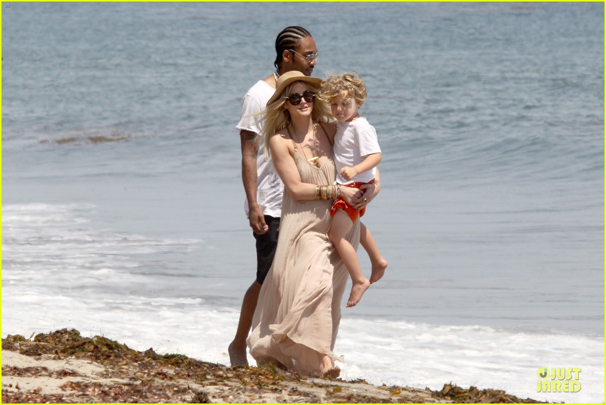 ashlee simpson beach stroll after sister jessica birth news 16