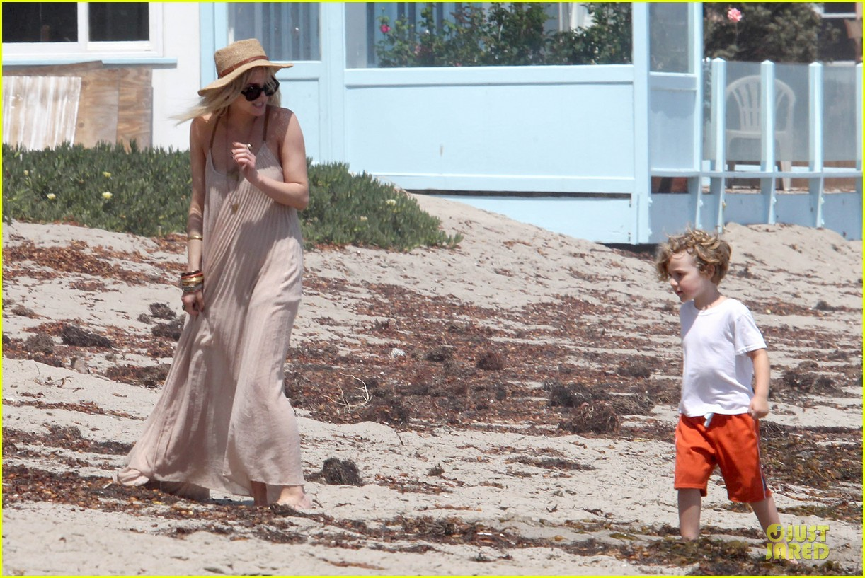 ashlee simpson beach stroll after sister jessica birth news 21