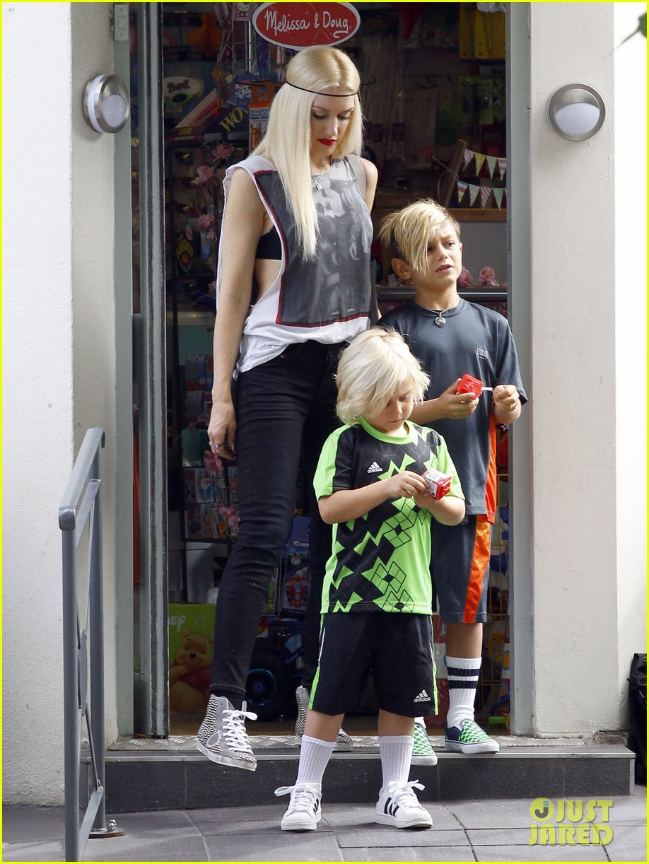 gwen stefani gavin rossdale roam london with the boys 102919431