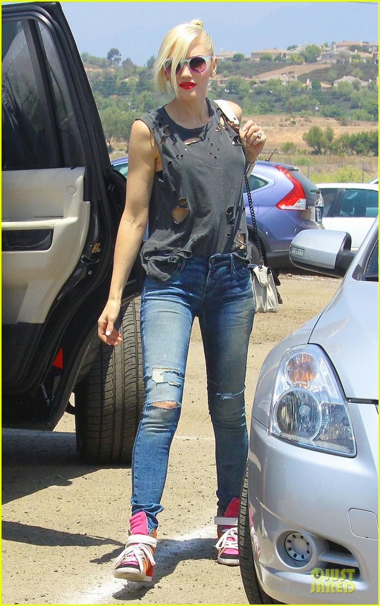 gwen stefani sun blocking umbrella at underwood family farms 19