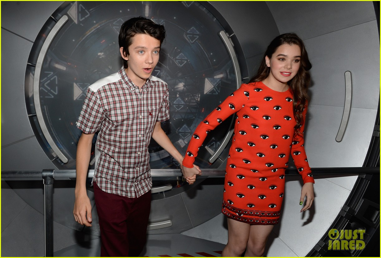 hailee steinfeld asa butterfield enders game at comic con 03