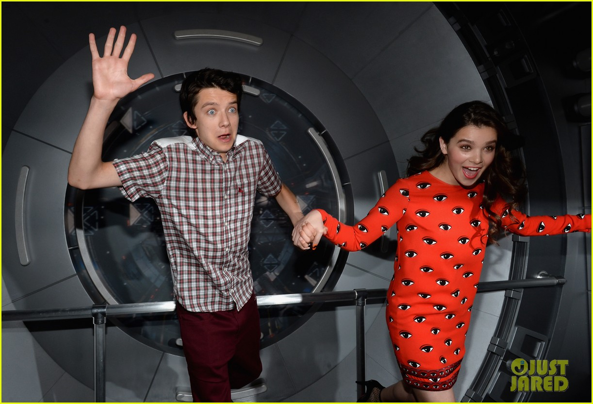 hailee steinfeld asa butterfield enders game at comic con 12