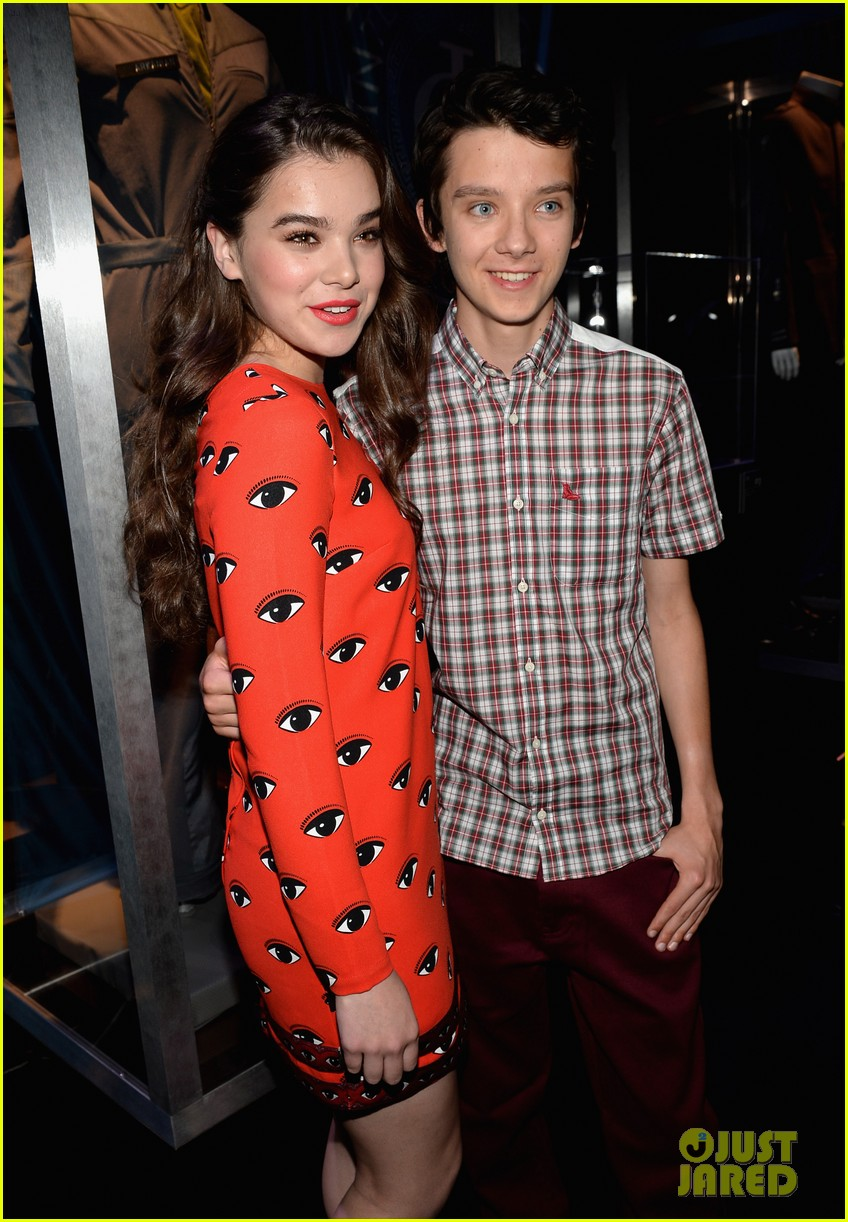 hailee steinfeld asa butterfield enders game at comic con 28