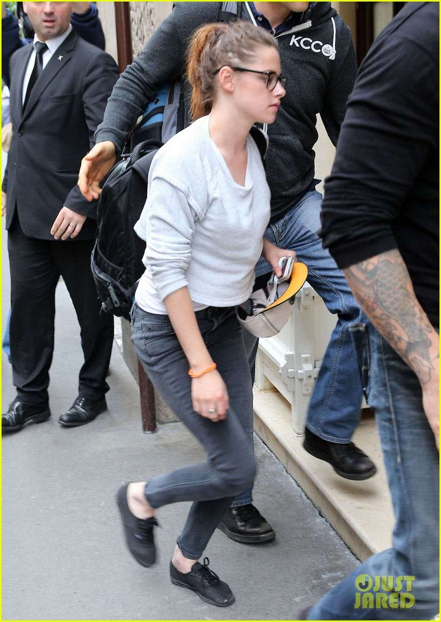 kristen stewart arrives at paris hotel 032901971