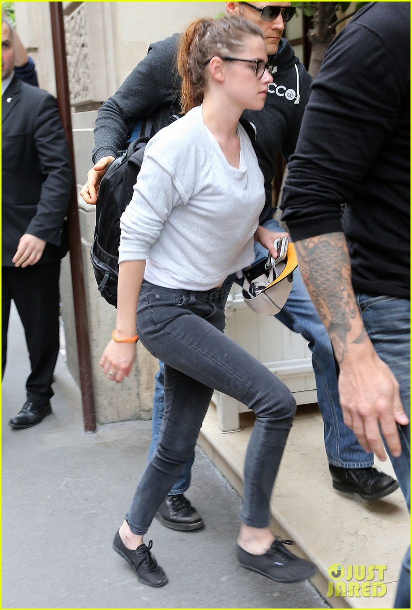 kristen stewart arrives at paris hotel 05