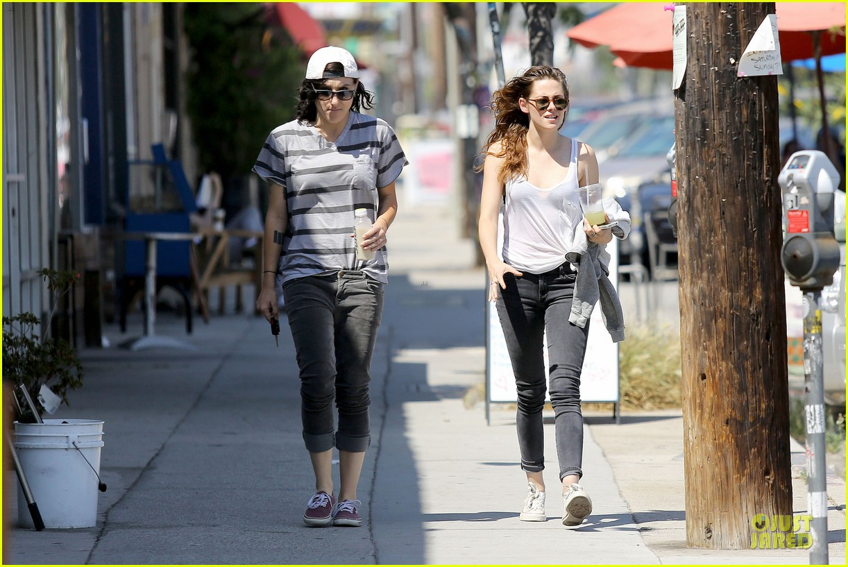 kristen stewart casual juice bar stop 17