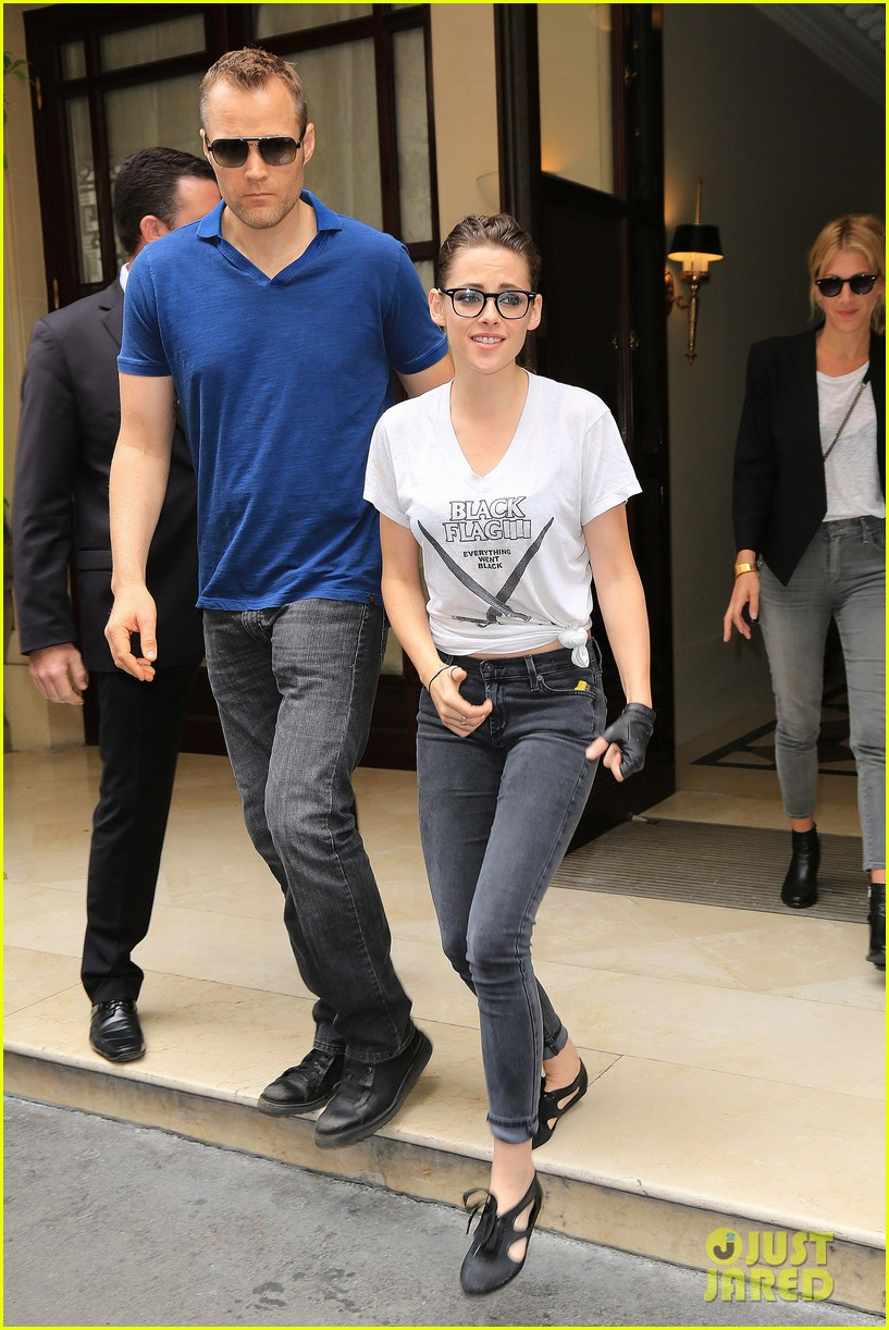 kristen stewart rocks specs after chanel fashion show 052902658
