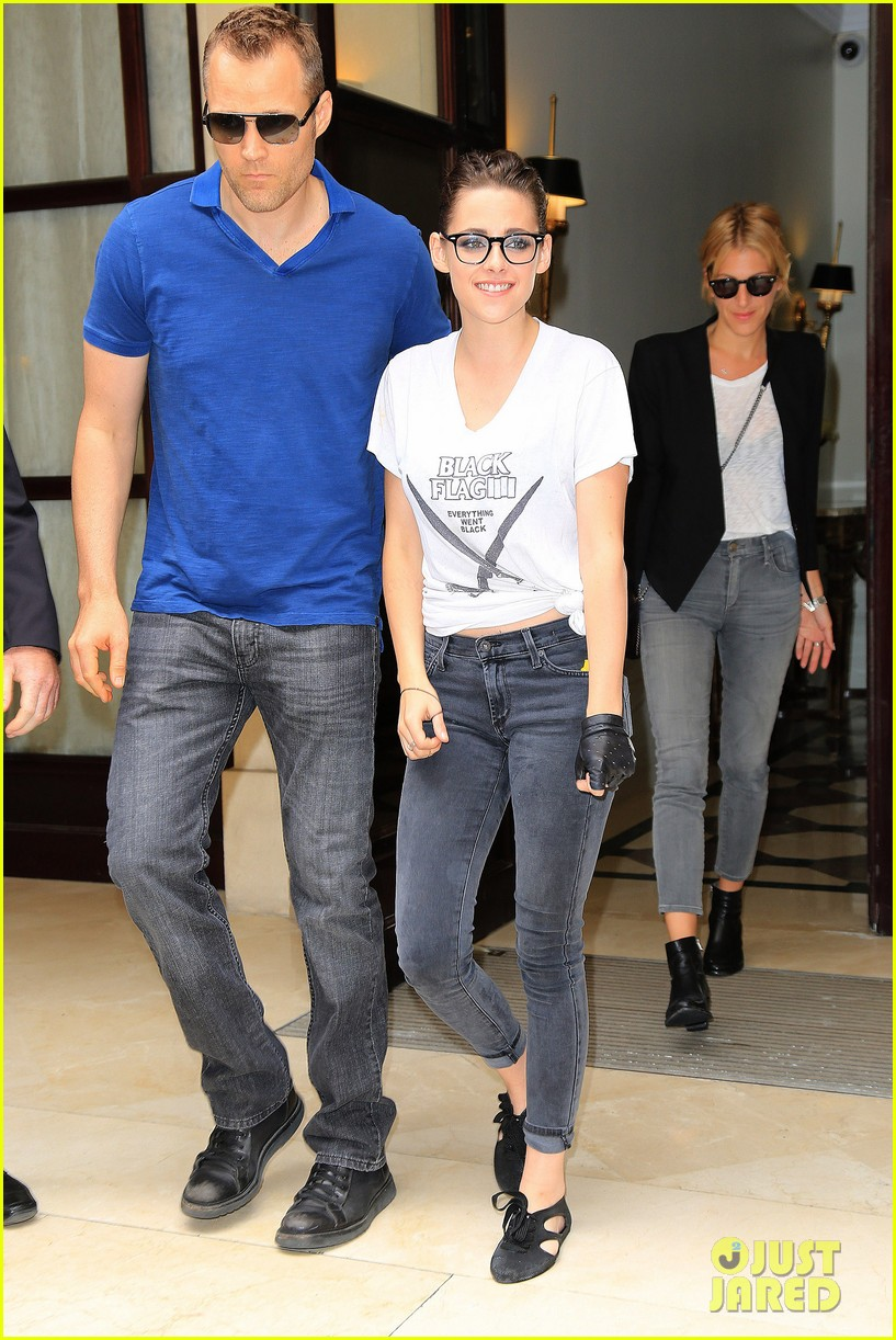kristen stewart rocks specs after chanel fashion show 072902660