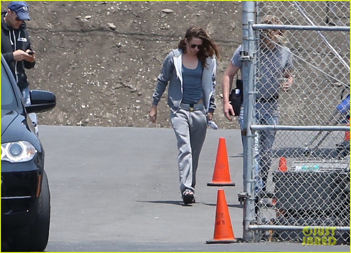 kristen stewart arrives on set in sweats 012911558
