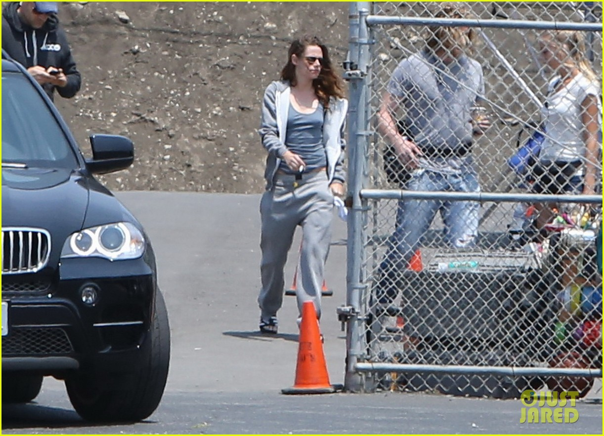 kristen stewart arrives on set in sweats 05