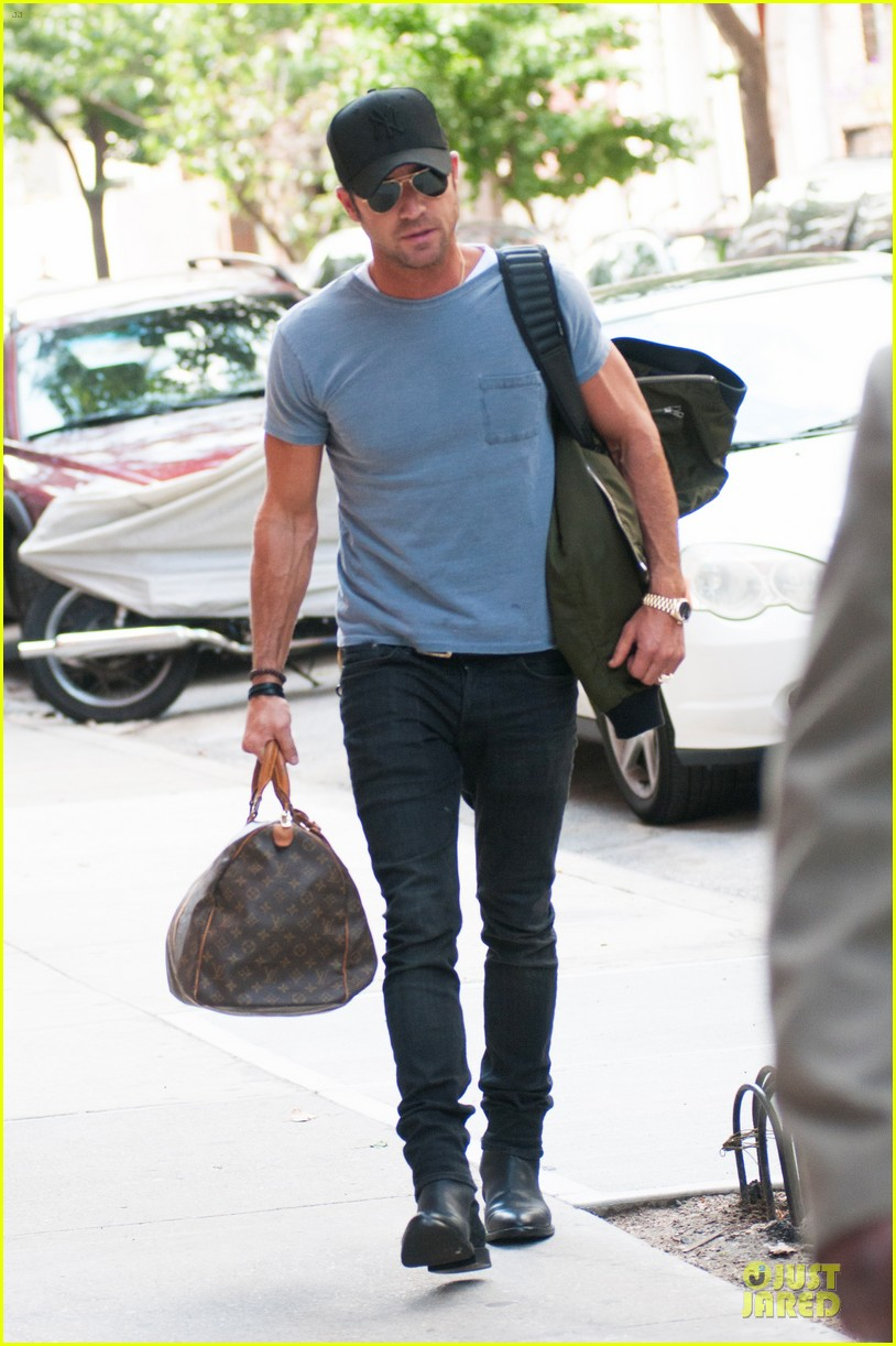 justin theroux luggage carrying guns in the big apple 05