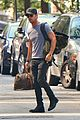 justin theroux luggage carrying guns in the big apple 01