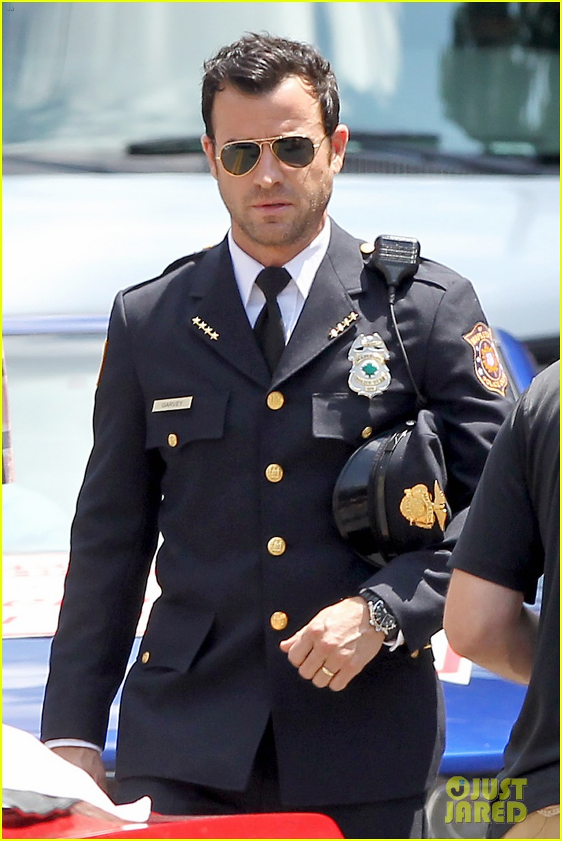 justin theroux is the man in uniform for the leftovers 062906029