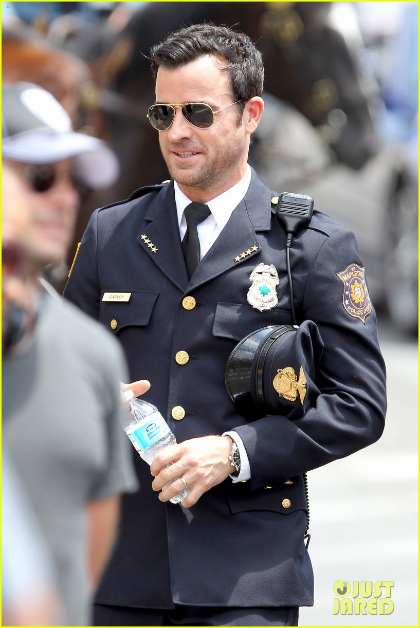 justin theroux is the man in uniform for the leftovers 092906032