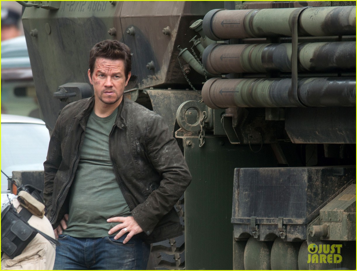 mark wahlberg nicola peltz film transformers 4 with jack reynor 09