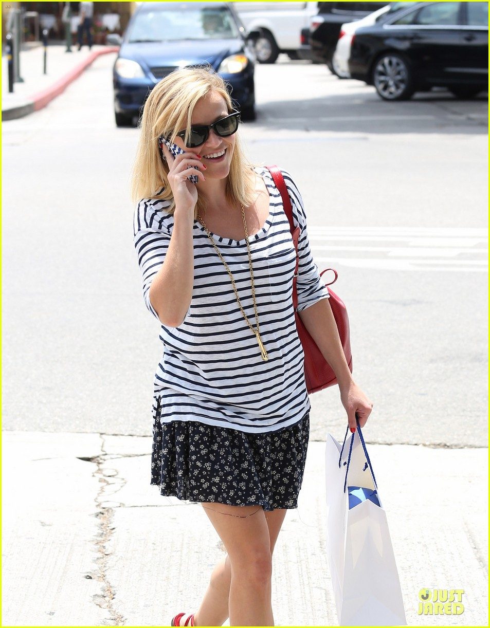reese witherspoon striped nail salon stop 02