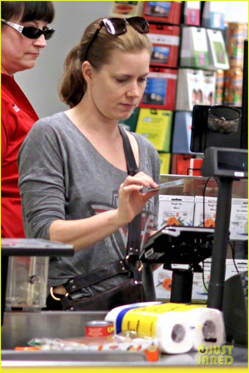 amy adams shops for groceries in vancouver with the family 102931089