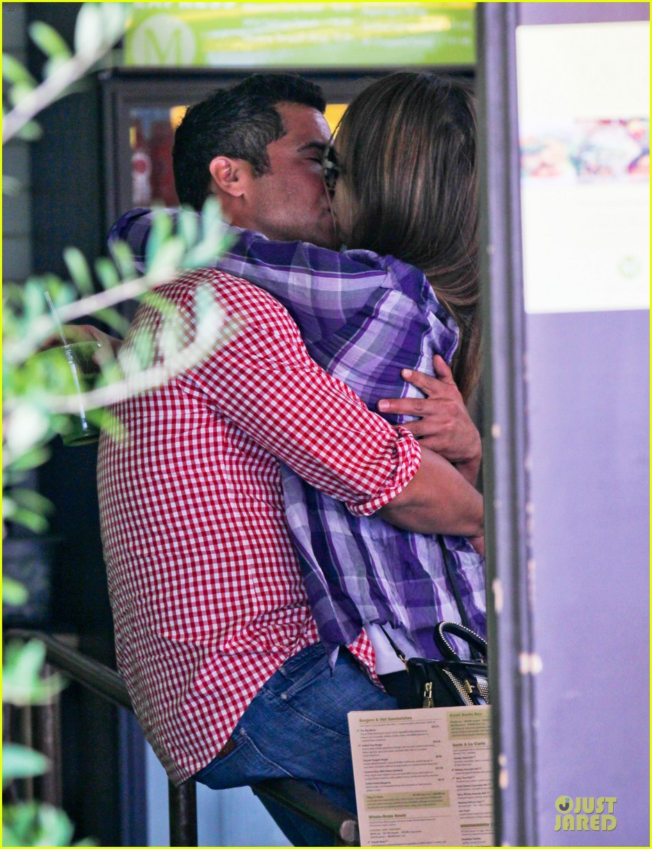 jessica alba cash warren kissing before lunch 02