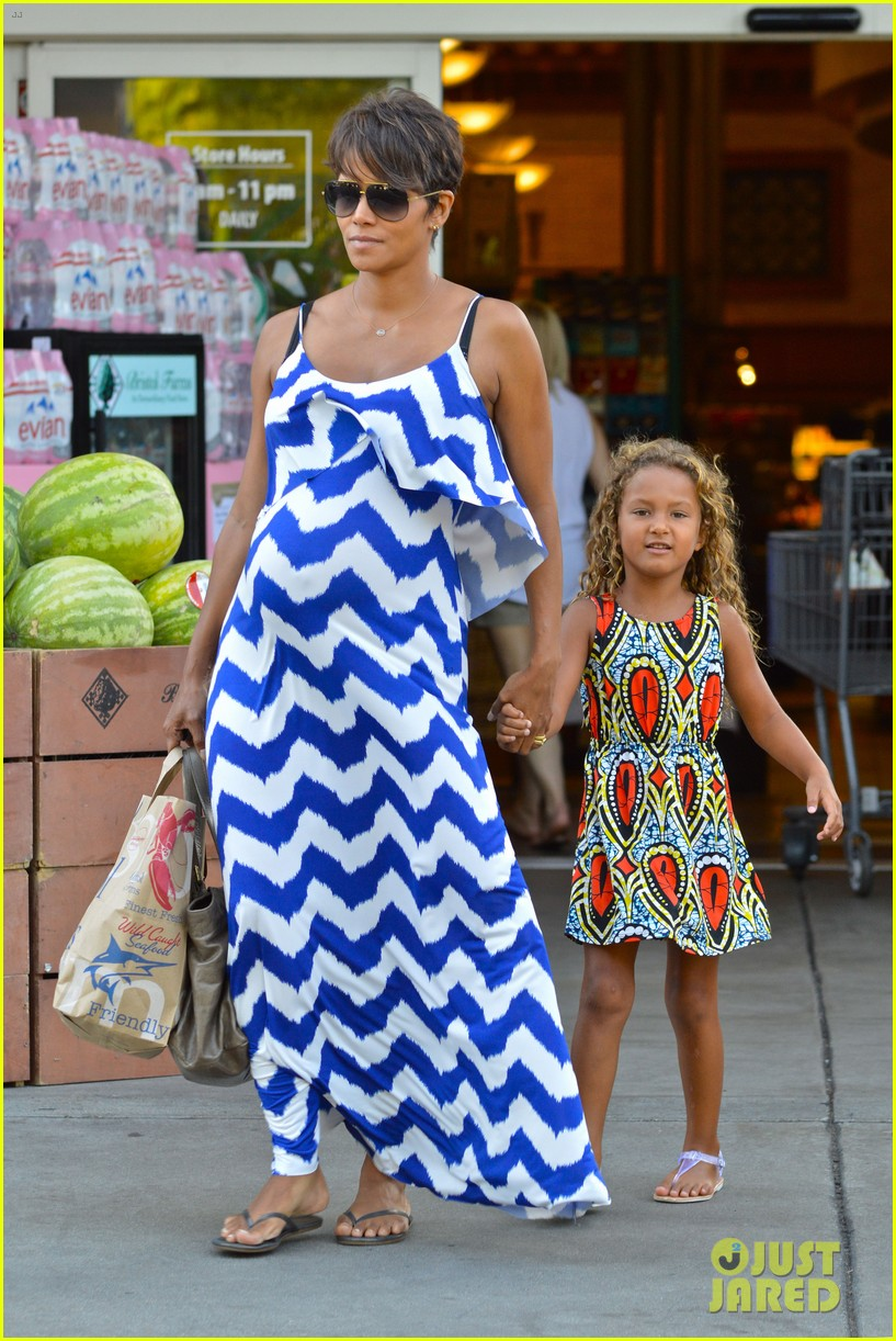 halle berry shows off large baby bump at bristol farms 172940374