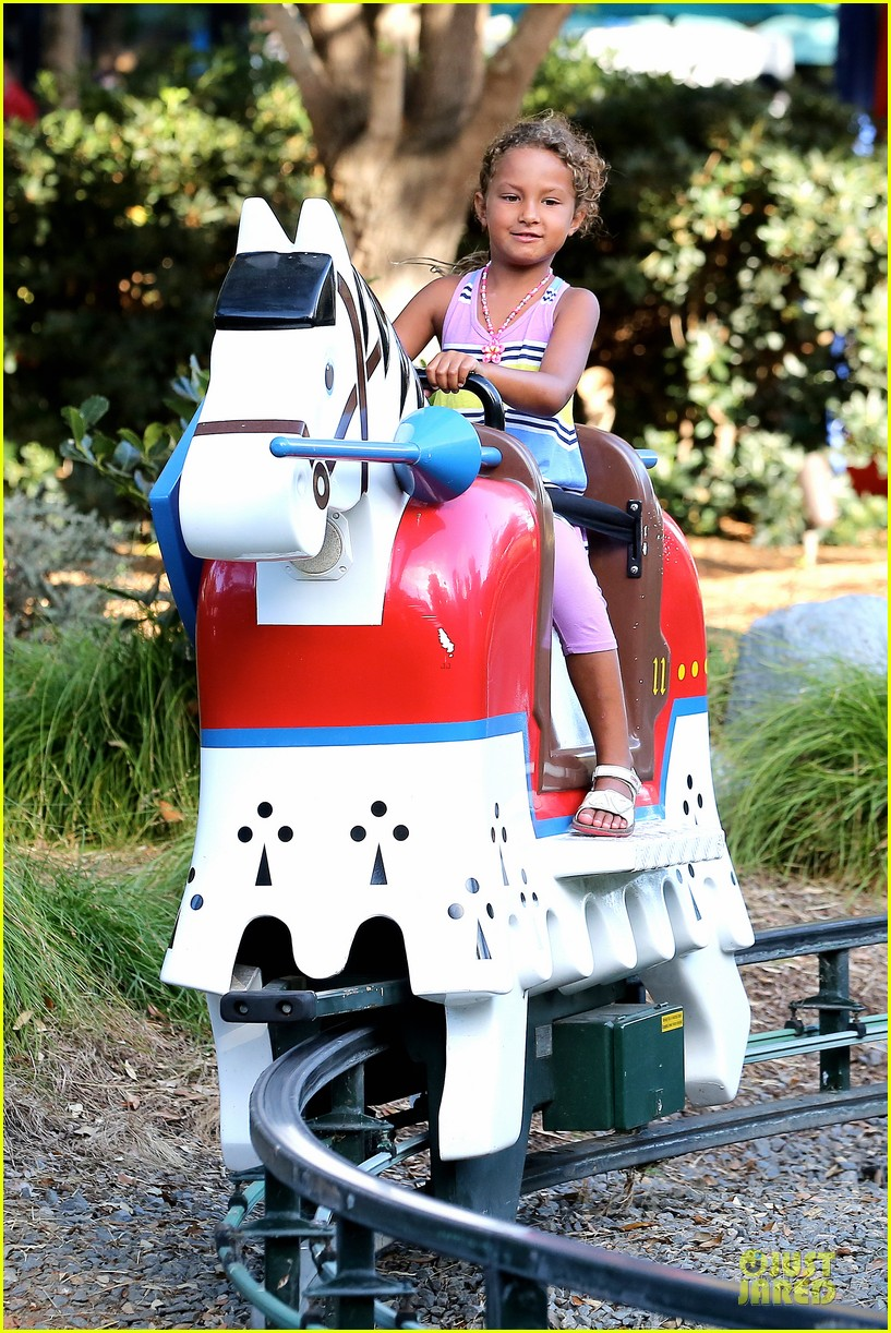 halle berry olivier martinez legoland with nahla 05