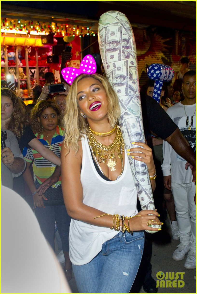 beyonce has dance off at coney island wears pink bow 112940451