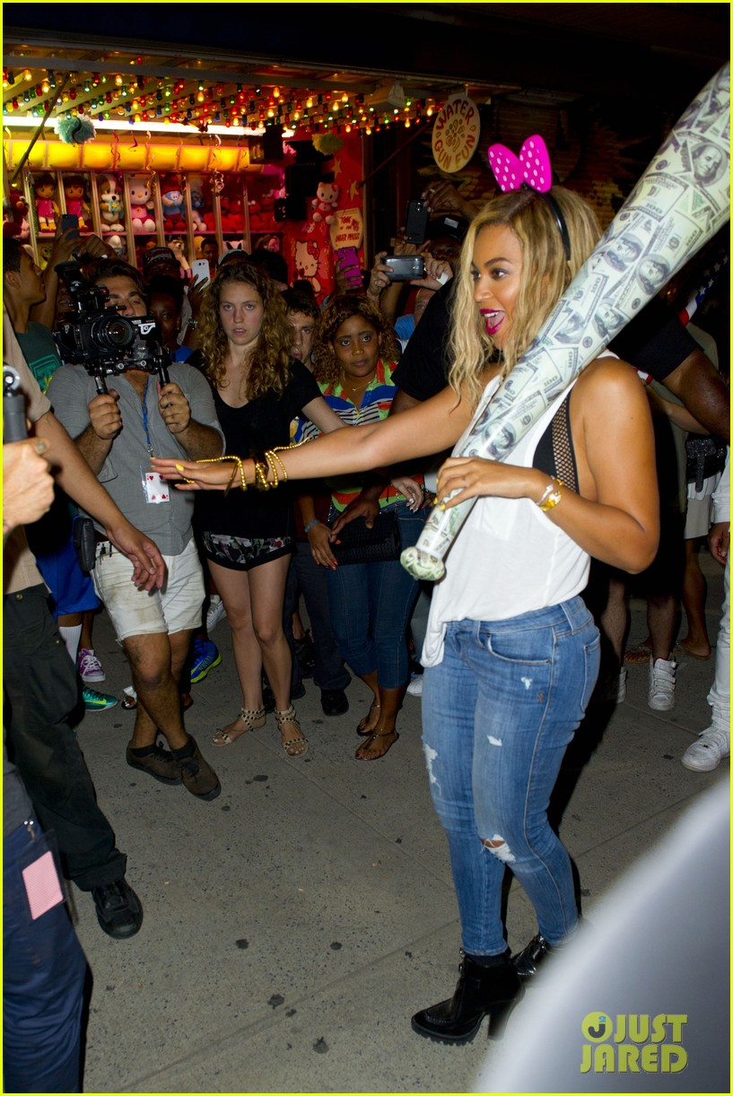 beyonce has dance off at coney island wears pink bow 13