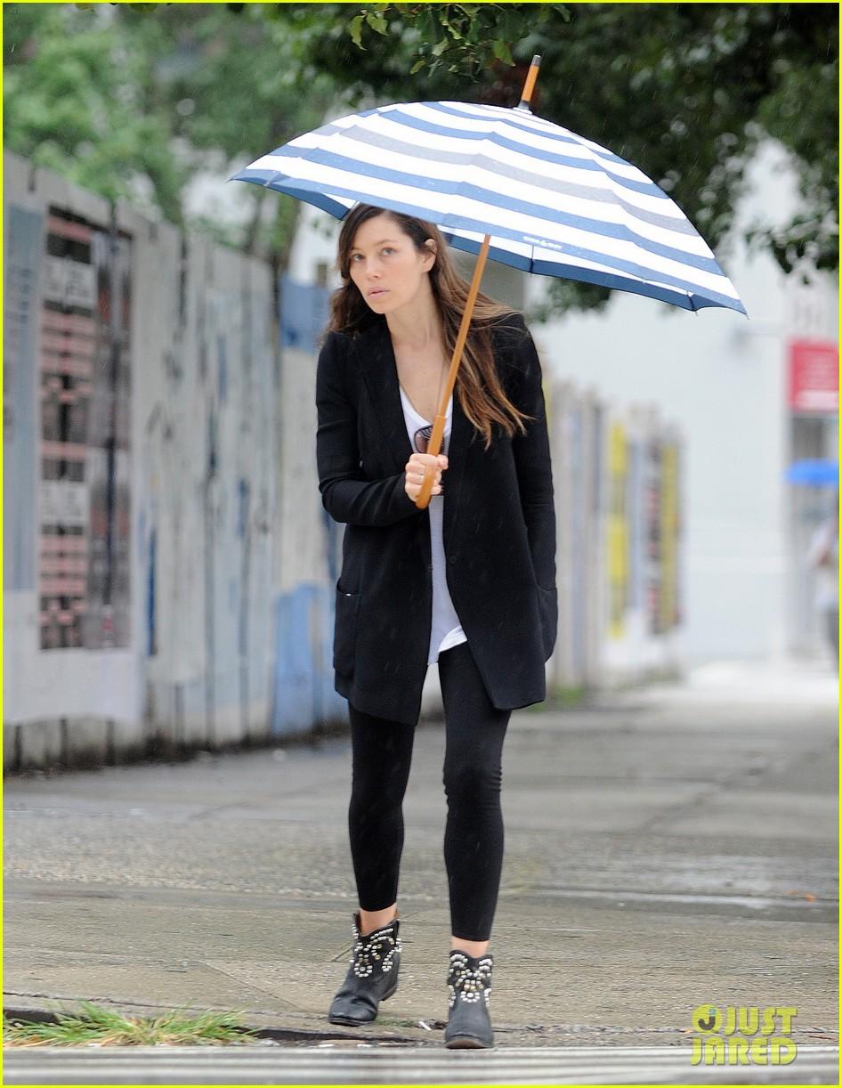jessica biel rainy day in nyc 082939981