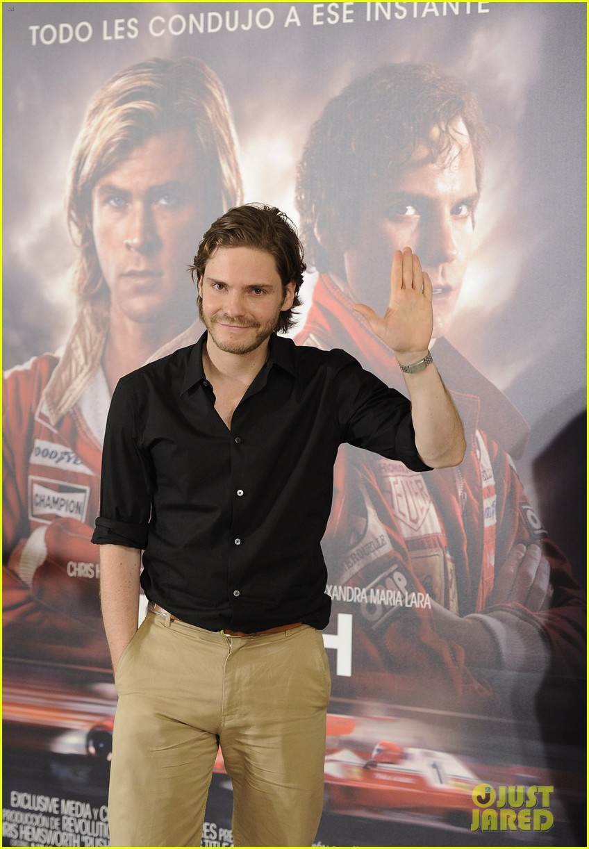 daniel bruhl rush madrid photo call with ron howard 14