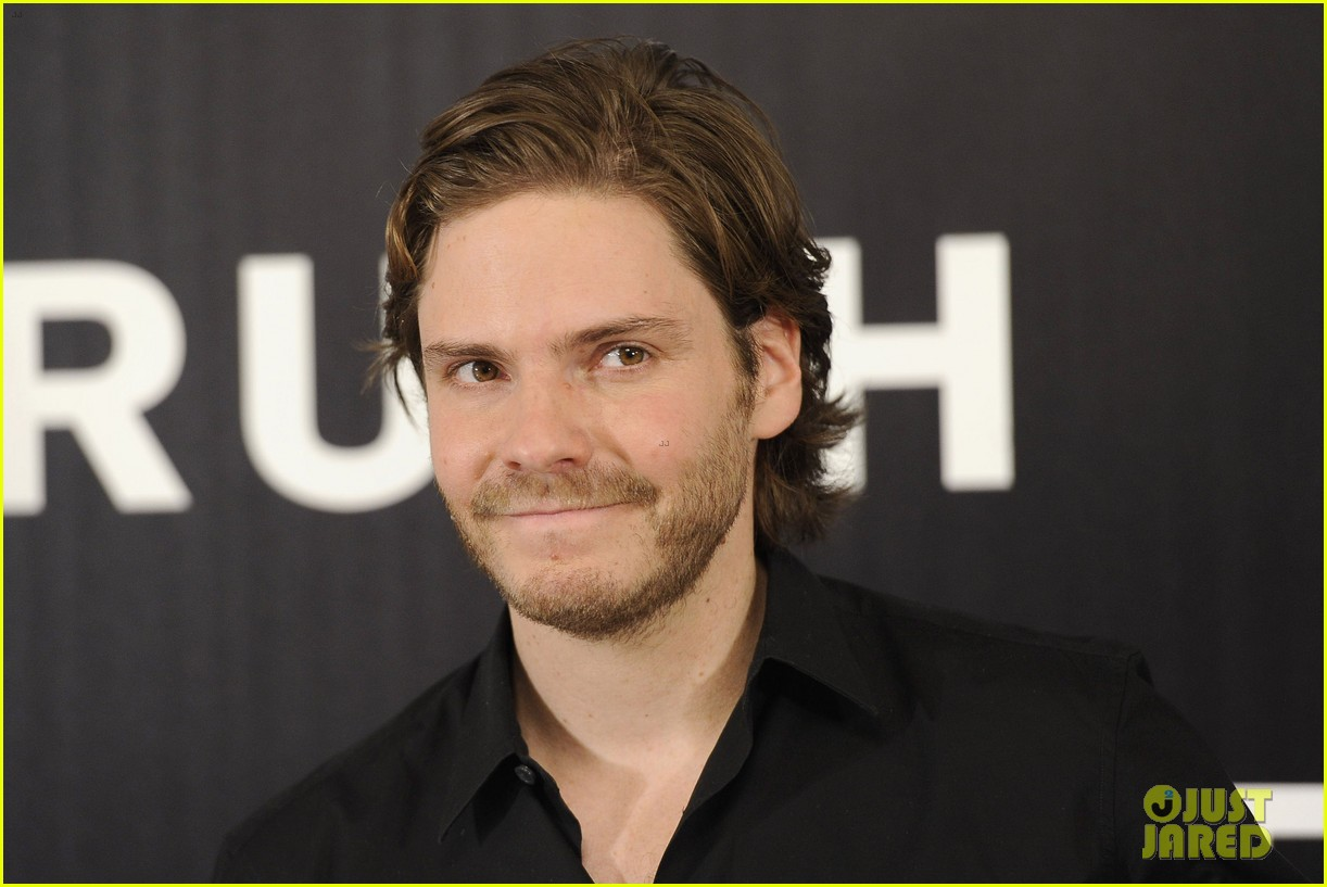 daniel bruhl rush madrid photo call with ron howard 15