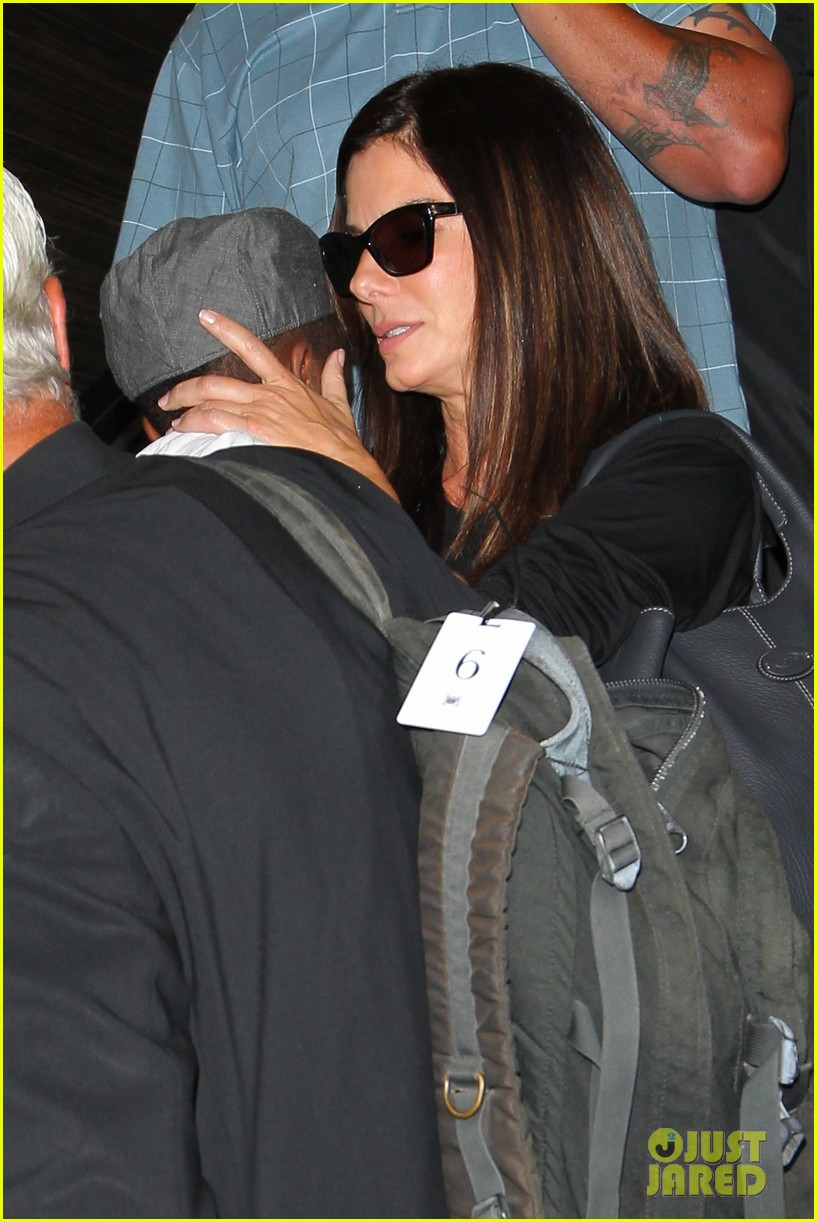 sandra bullock catches a flight with louis 02